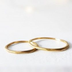 Gold wedding ring thin facet
