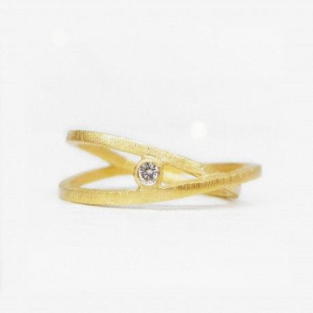 Gold intertwined wedding band with diamond